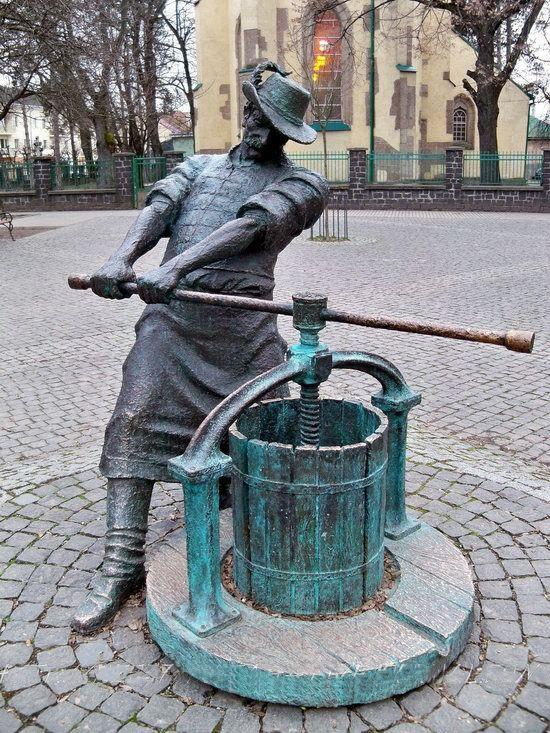Vynohradiv Street art