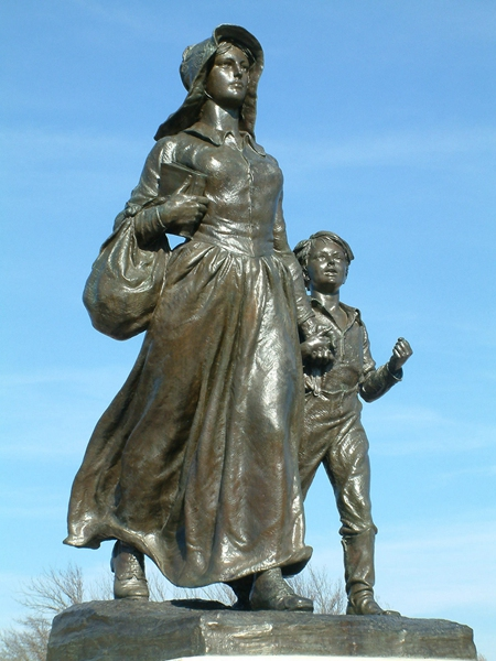 pioneer woman with child statue